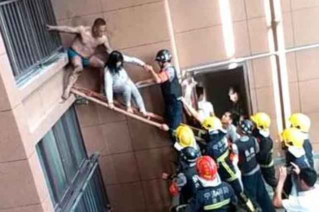 慈溪一家四口被困火场 消防官兵用身体搭起梯桥