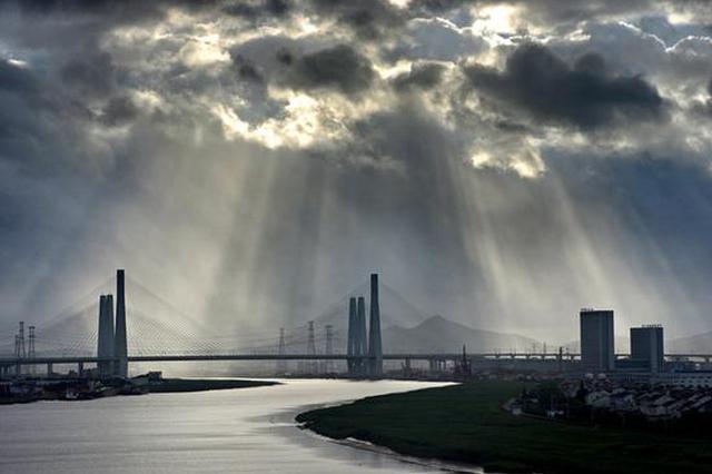 宁波上演光影大片 美丽光柱形成丁达尔现象非常壮观