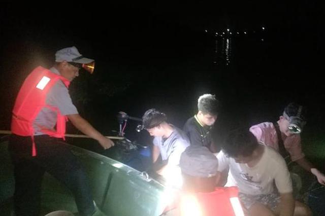 北仑四名青年深夜坐皮划艇网鱼 弹珠打鱼头寻刺激