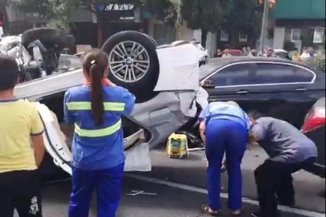 浙江慈溪一小轿车追尾前车致使其连续冲撞7车