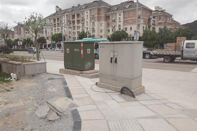 奉化一人行道上的设备箱长期线缆裸露 给行人带来不便