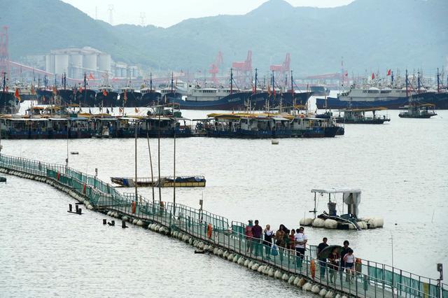台风将至 有人还在奉化莼湖休闲渔船上吃喝