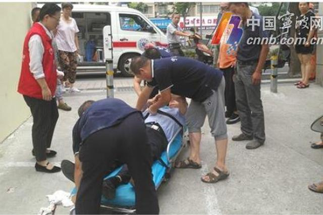 老人仰面跌倒耳流血 宁波市民合力救助