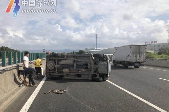宁波高速上面包车违规载货 爆胎翻车被监控拍下