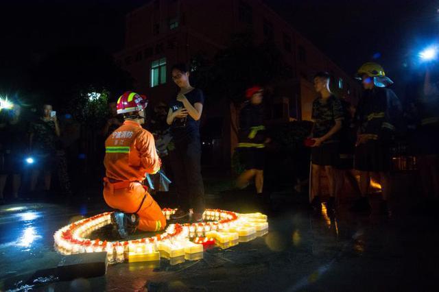 象山消防员七夕浪漫求婚 身穿消防服捧玫瑰从天而降