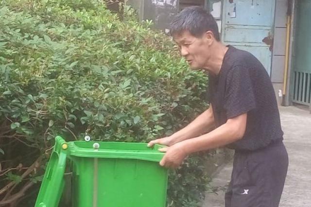 鄞州66岁的魏志行入住一年自发自觉维护小区环境