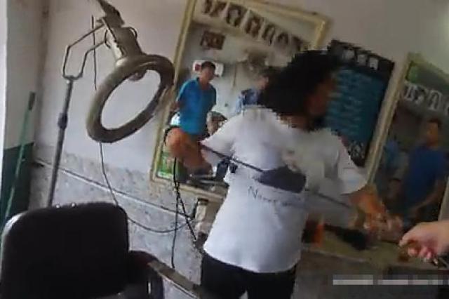 女子大闹理发店要求索赔头发 还妨碍民警执法