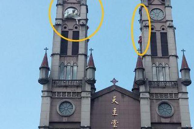 药行街天主堂钟楼上 三幅破损广告太煞风景了