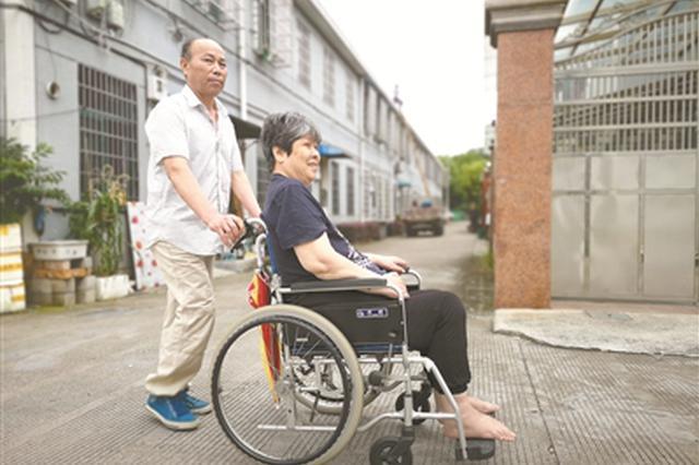 宁波一好丈夫夏方成14年如一日照顾瘫痪妻子