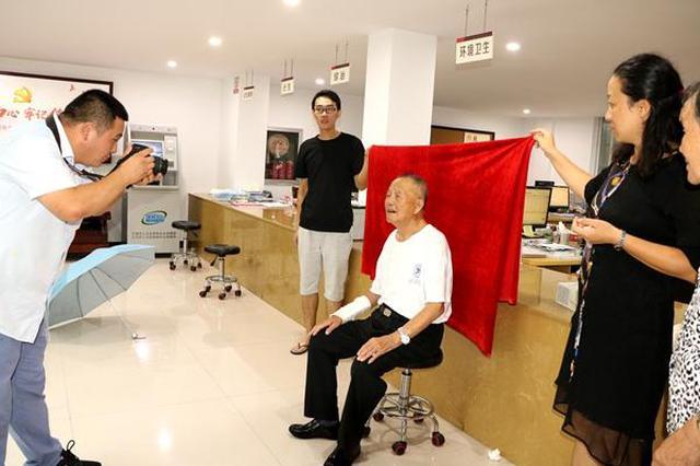 江北孔浦这个社区联手公益团队为60岁以上老人免费拍照