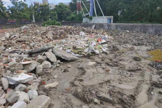 海曙中心区数千平米空地被当成建筑垃圾堆放点