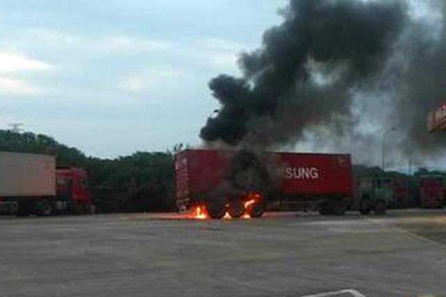 沈海高速宁海服务区发生一起火灾 旁边就是加油站