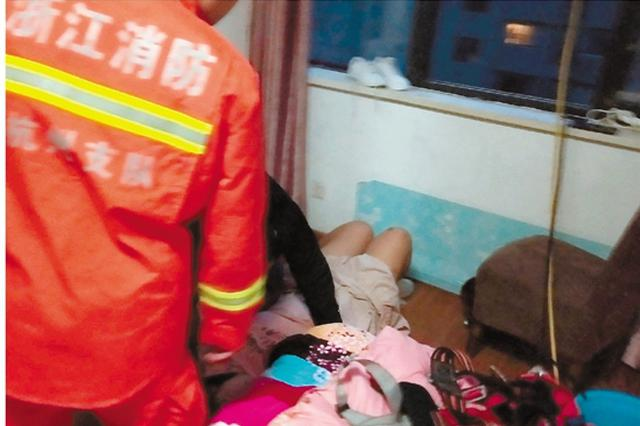 杭1女孩双脚悬空坐15楼窗口 消防员飞身将其踹回房内
