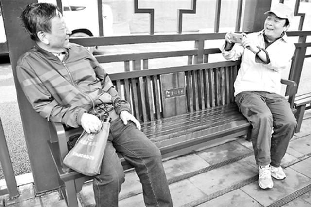 杭州首批敬老爱心专座亮相 坐着候车既舒适又安全