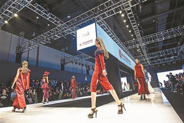 学生设计秀头阵 宁波时尚走秀展现东方霓裳国际范