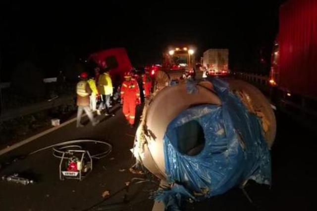 紹興20噸鋼卷壓扁車頭 各方力量奮戰2小時救出司機