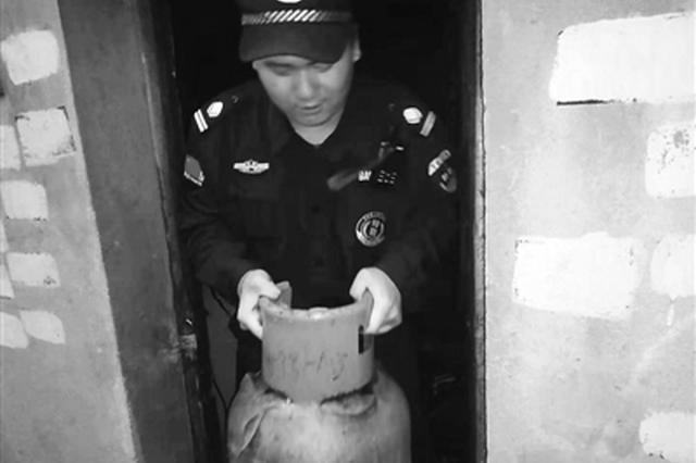 送小男孩回家巧遇男孩家着火 浙协勤员火中抱出煤气罐