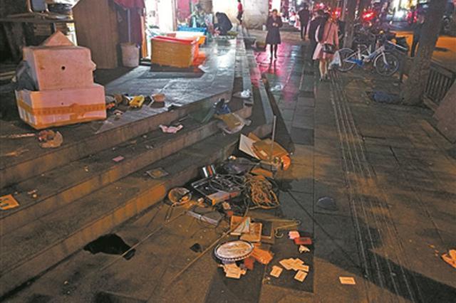车辆乱停垃圾满地贩占道 海曙咏归路持续脏乱引吐槽