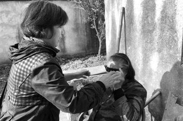 勤勇甬江村有位好邻居 十多年来照顾丧子同村老人