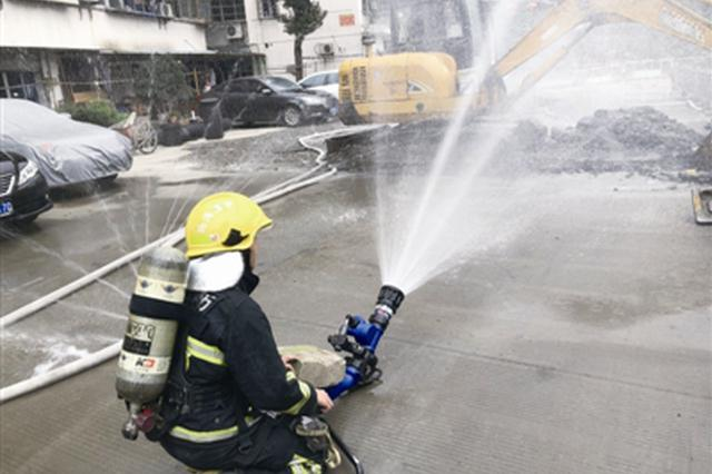天然气管被挖破了 所幸消防队10分钟赶到现场