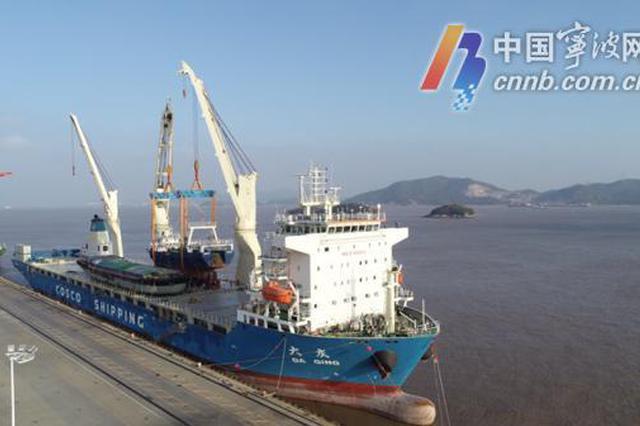 宁波舟山港渔船整船出口 用大轮船载渔船启程去非洲