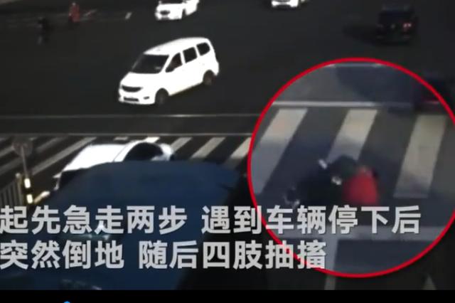 宁波男子马路中央突然倒地四肢抽搐 辅警20秒内赶到救援