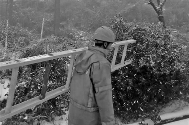 宁波电力巡线员踏着积雪高山巡线 为保障梅岭电压安全