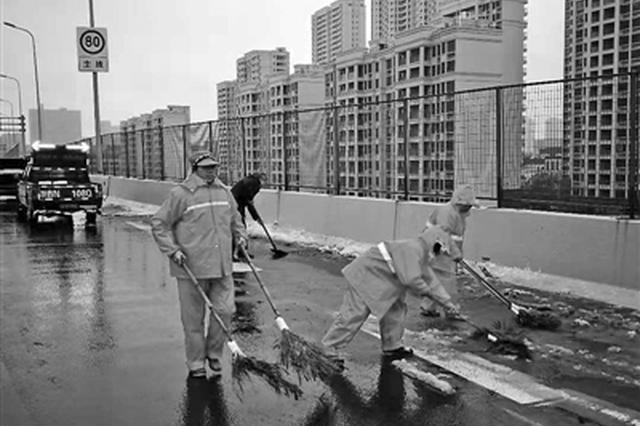 宁波万余名城管人风雪中扫雪除冰 在风雪中一夜无眠