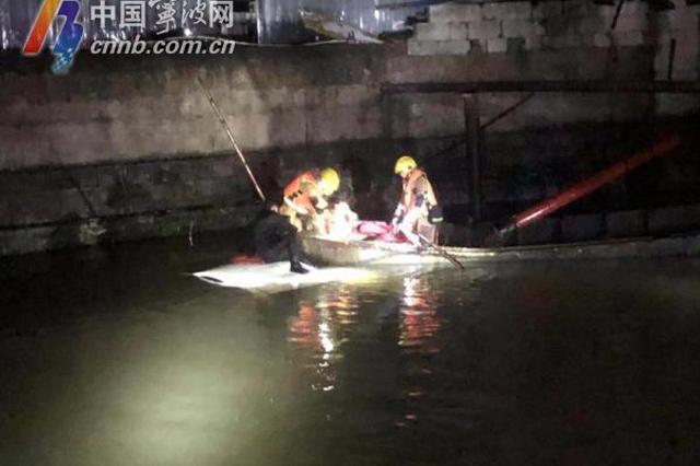 汽车冲进河 宁波一位爸爸抱着孩子被困车顶近一小时