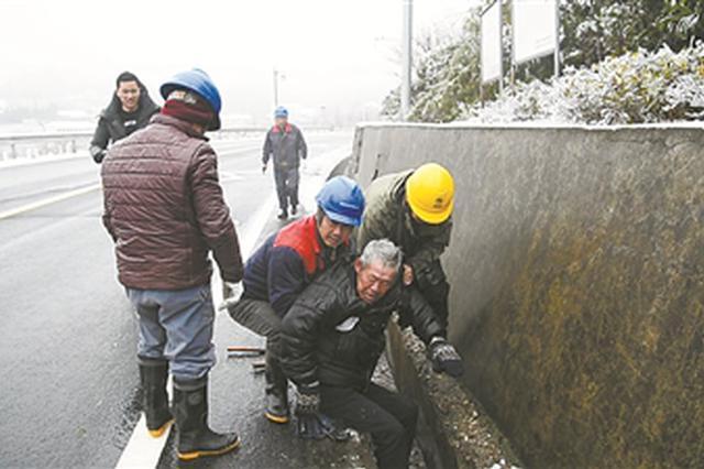 余姚电力工人救起滑落排水沟的78岁老人