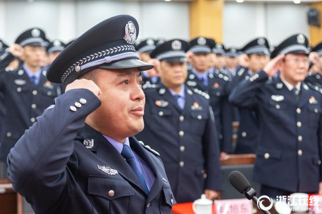 舟山:换装不换心 365名边防官兵转隶为公安民警