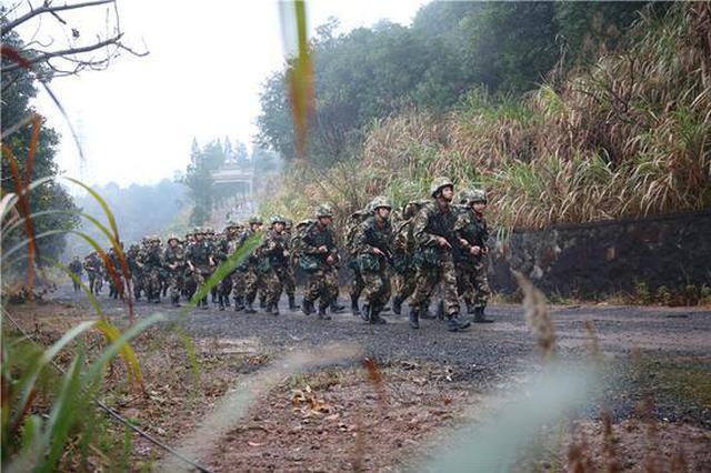 武警宁波支队进行冬季野营拉练 锤炼官兵血性