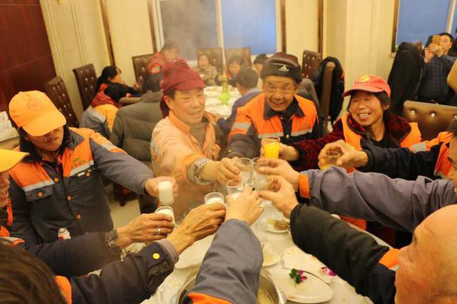以爱之名 镇海1火锅店连续三年请环卫工人吃年夜饭