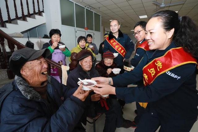 甬公交镇海公司司机送暖心腊八粥 为庄市老人递温暖
