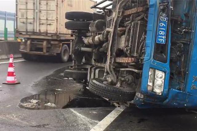 一声巨响轮胎飞出去 宁波高速上货车打翻6000斤酱油