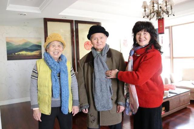宁波1群巧手妈妈为老人送温暖 一针一线织起冬日温暖