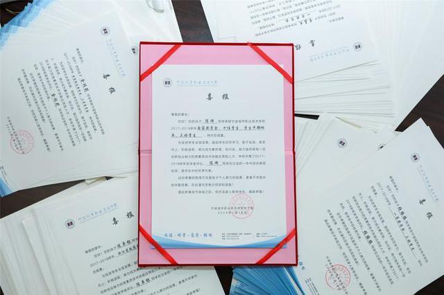 寒假前 宁波一高校给家长寄了1400份喜报故事挺感人