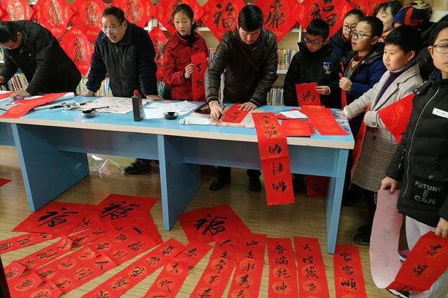 宁波市鄞州区福明家园社区文化活动室 书写廉洁家风