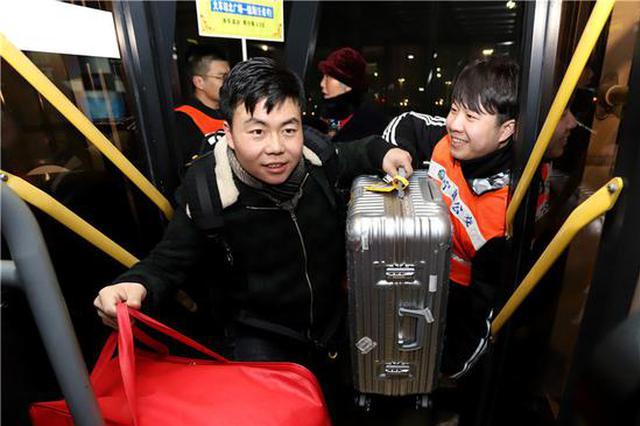 宁波春运凌晨接驳线剪影:驾驶员志愿者乘客拼凑暖心回家路