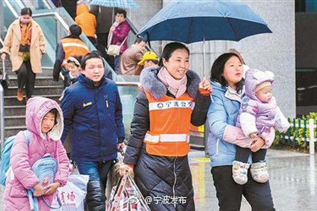 宁波公交志愿者们开展志愿者活动 送去宁波公交的温暖