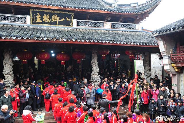 萧王庙传统庙会人气高 锣鼓开道舞龙队秧歌队紧跟其后