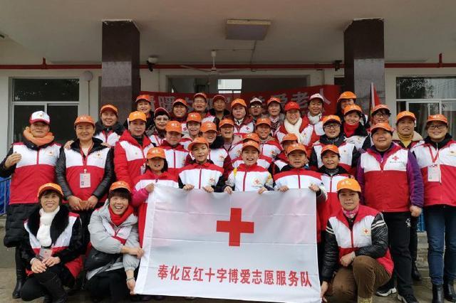 奉化区红十字博爱志愿服务队的志愿者们来到莼湖敬老院