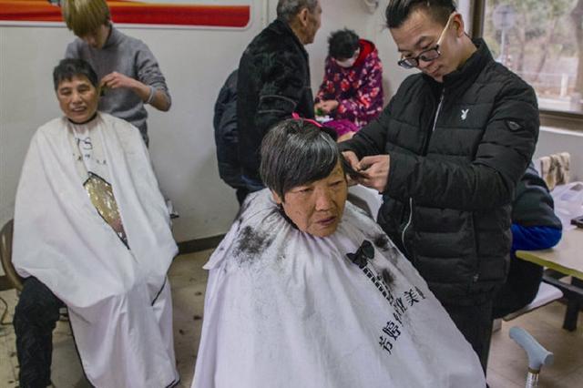 象山爱心理发师情系敬老院 为60多位老人们理发