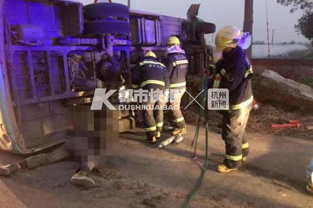 浙1公交车与电瓶车相撞 电瓶车司机上半身被卷入车底