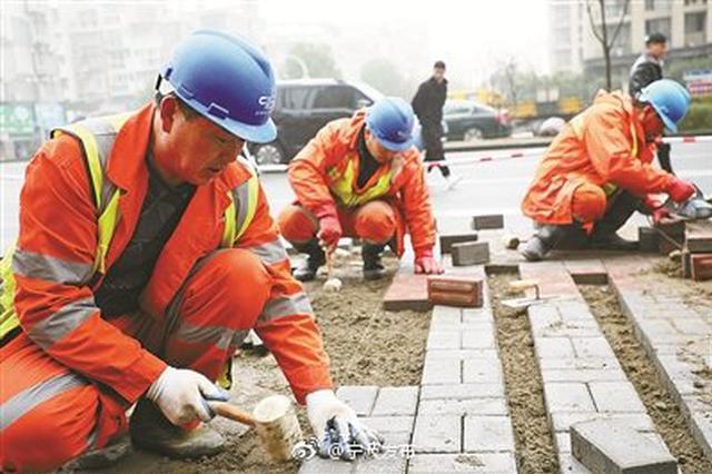 近期连续降水 宁波市政施工人员加紧修复损坏的人行道