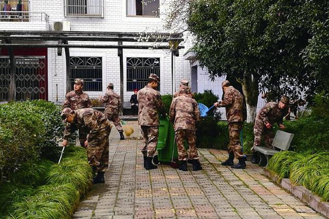 石浦官兵在驻地附近开展清扫垃圾活动获市民点赞