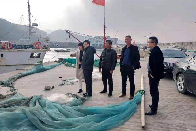 象山大徐镇工作人员及县派驻村工作组走访当地渔民
