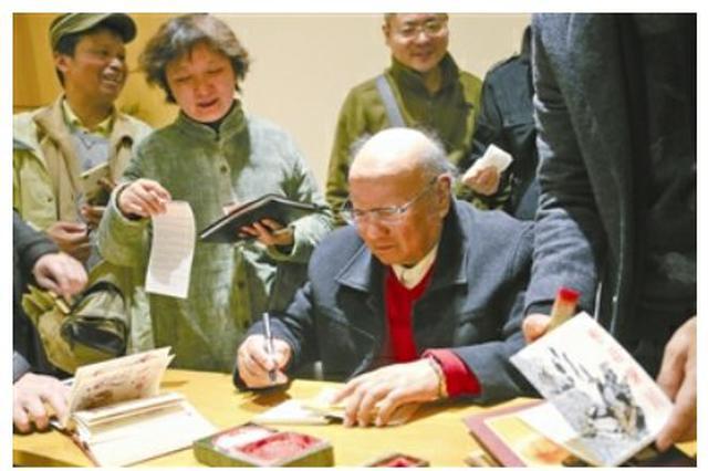 宁波老人在为镇海画一系列小人书