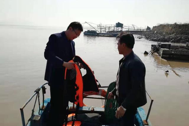 涂茨镇屿岙村联村干部前往码头进行登船安全检查