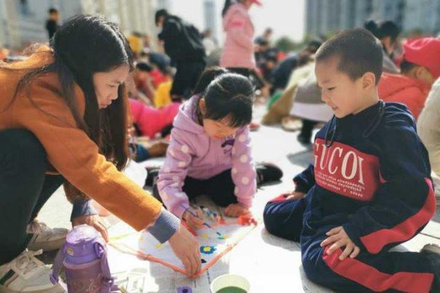 北仑170多名学生放飞手绘风筝 与家人一起设计风筝